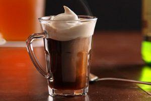 Коктейль виски с кофе, сливками
